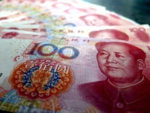 A jüan ára is esik