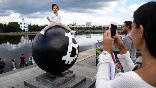 Bitcoin szobor Jekatyerinburgban