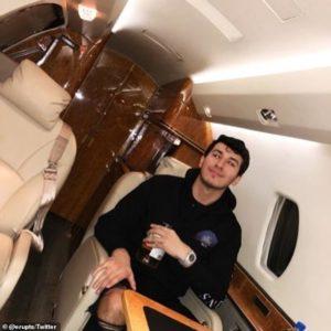 A 27 éves Truglia a lopott pénzből magánrepülőn utazott - és ezt a Twitteren tette közzé