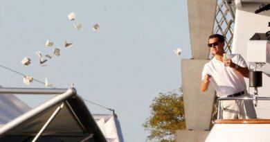 A South China Morning Postbeszámolója szerint egy 24 éves helyi lakos kötegszámra kezdte el kidobálni egy épület tetejéről a helyi pénzt, a hong kongi dollárt.