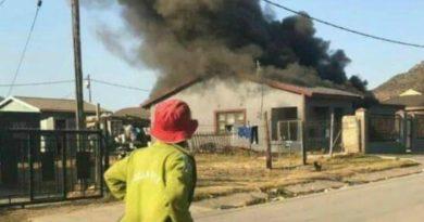 Így járnak a ponzizók: kárvallottak felgyújtották egy dél-afrikai simlis otthonát