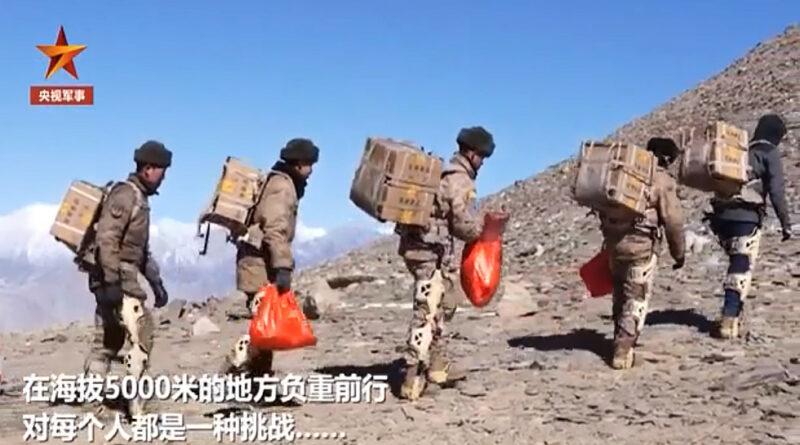 Exoskeleton-t hordó katonákkal parádézik Kína az indiai határon