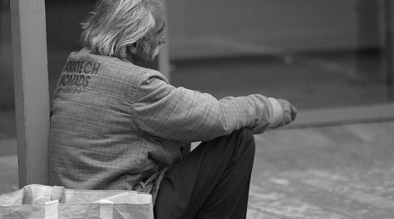 Hajléktalanoknak osztogatott kriptovalutát egy férfi New Yorkban